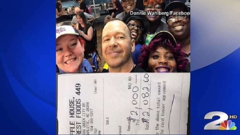 Donnie Wahlberg and the staff at Waffle House in Charlotte. (NBC News)_377548