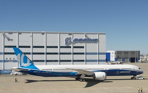 Boeing Debuts 787-10 Dreamliner_297039